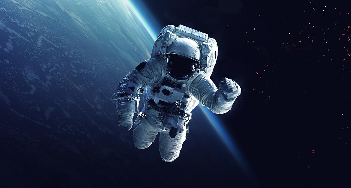 Astronautti ja avaruussukkula Maan kiertoradalla